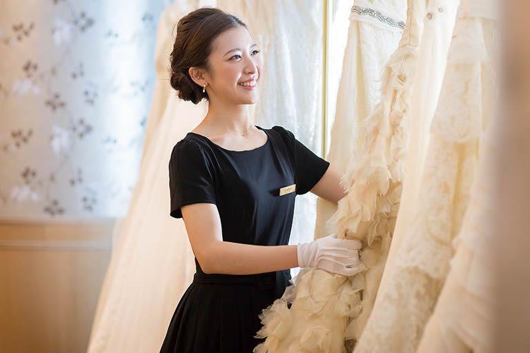f5e44be698e2a ドレスにあわせアクセサリーはもちろん、ブーケも衣裳にあわせて提案、トータルコーディネートを実現できるのものLIVE LOVE LAUGHスタイリスト としての魅力の一つ。